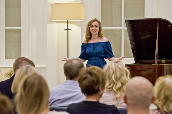Elmira Terkulova, ruská pianistka, inspiruje mezinárodní publikum v Scientologickém informačním centru