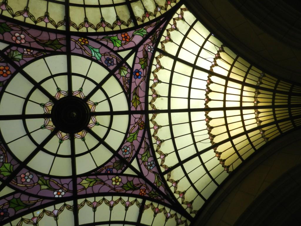 Tom Rigdon z Hyland Studio věrně obnovuje vitráže