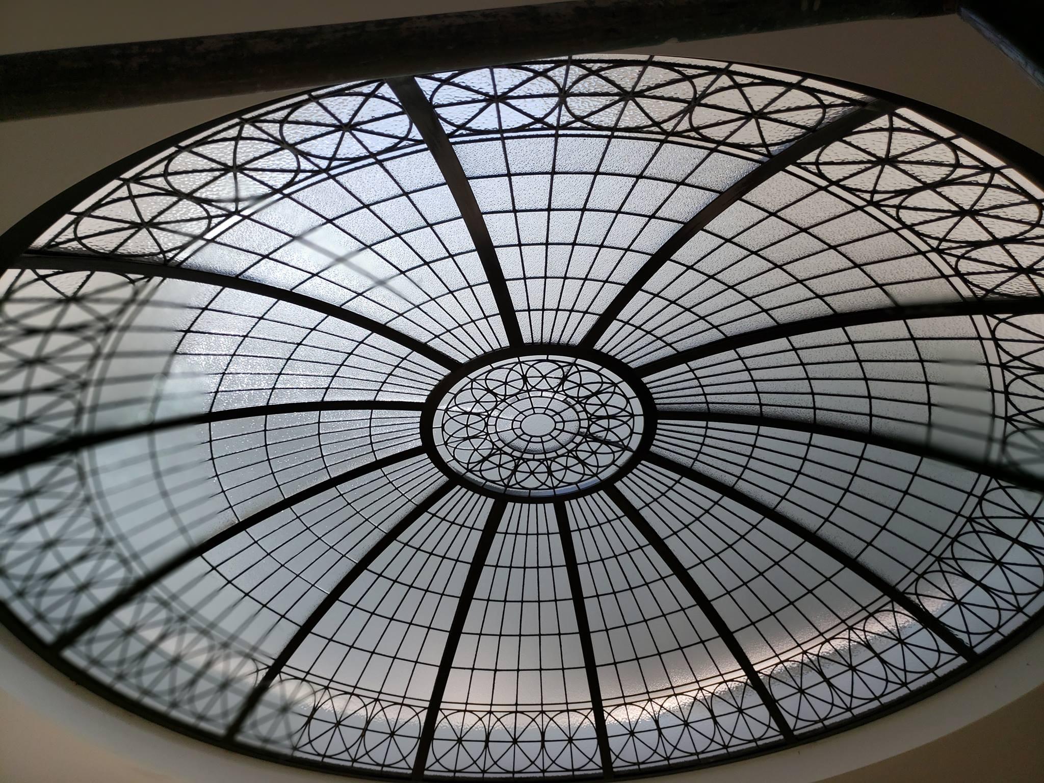 Pomocí původních technik předávaných od starověku, Tom Rigdon a spolupracující řemeslníci z Hyland Studio dělají ručně broušená nádherná vitrážová okna