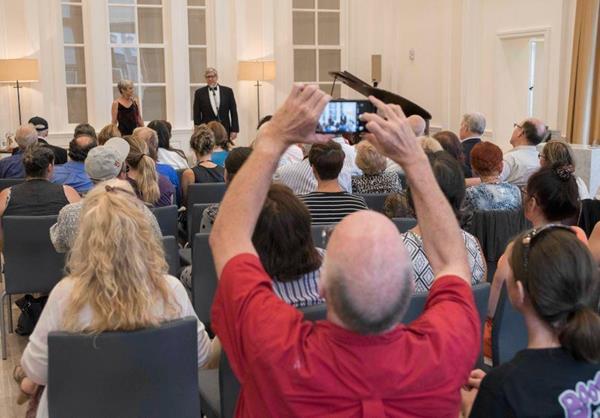"""Joanie Sigal a Tom Godfrey, veteráni, kteří tvoří pěvecké duo """"Broadway and Beyond"""", vystoupili v sobotu 13. května v Scientologickém informačním centru v centru Clearwateru."""