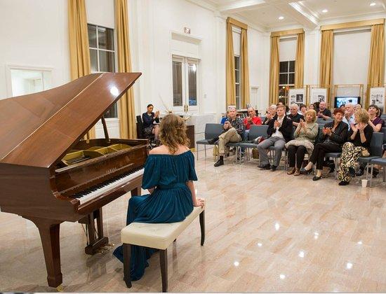 Elmira Terkulova v Scientologickém informačním centru, dne 14. ledna 2017