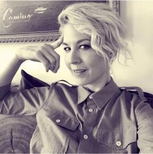 americká herečka Jenna Elfman studuje scientologii