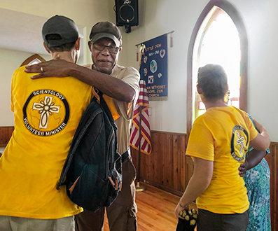 Scientologičtí dobrovolní duchovní Florida Clearwater pomáhali lidem postiženým pustošivými hurikány